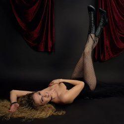 phinephoto-berlin-portrait-burlesque-liegende-Pose-jessi