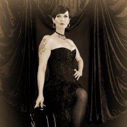 phinephoto-berlin-portrait-burlesque-stehend-sepia
